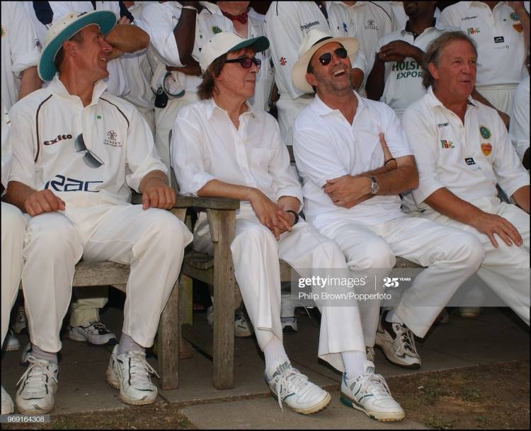 Alec Stewart, Bill Wyman, Eric Clapton y David English se preparan para la foto del equipo durante un partido de cricket benéfico del Bunbury Cricket Club en Ripley, Surrey, 10 de agosto de 2003. (Foto de Popperfoto a través de Getty Images / Getty Images)